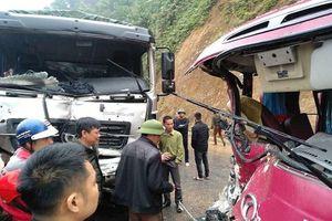 Xe khách đối đầu ô tô tải, ít nhất 5 người bị thương