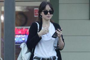 Kiều nữ '50 sắc thái' vô tư để mặt mộc, mặc jeans rách khi đi làm nail