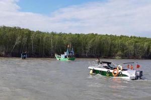 Chìm ghe chở rác, hai người đuợc cứu sống tại TP HCM