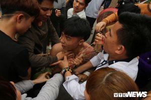 Hàng trăm thanh niên xâu xé, chen lấn cướp manh chiếu tại lễ hội Đúc Bụt