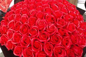Ngày Valentine: Mãn nhãn với những món quà độc đáo kết từ hàng trăm đóa hồng