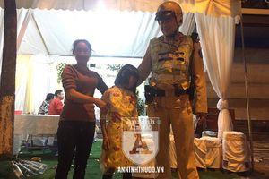 Cảnh sát 141 tung quân... tìm nhà cho em bé đi lạc, khi gia đình vẫn chưa hay biết
