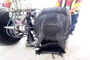 Một máy bay bị bục lốp sau khi hạ cánh