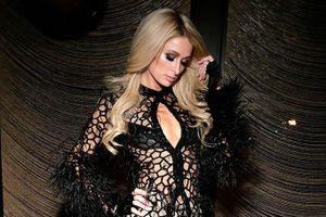 Paris Hilton bị chê khi mặc váy mạng nhện, lộ nội y phản cảm