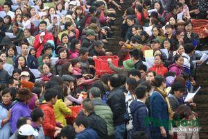 Hàng vạn người chuyển tay phóng sinh hơn 10 tấn cá xuống sông Hồng