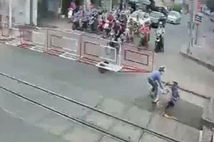 Bộ trưởng Bộ GTVT khen ngợi 2 nữ công nhân gác chắn cứu cụ bà thoát chết