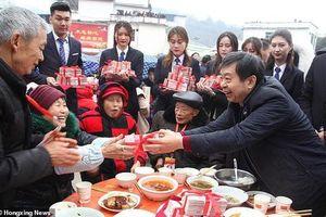 Về thăm quê, đại gia Trung Quốc chi 1,8 triệu USD 'lì xì' dân làng