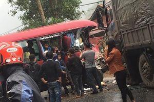 Xe khách 24 chỗ đâm trực diện xe tải, nhiều người bị thương