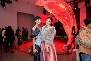 Miss Universe 2018 Catriona Gray nói tiếng Việt siêu dễ thương, hội ngộ tình cảm với H'Hen Niê tại Mỹ