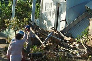Xe tải tông sập mái nhà dân ven đường ở Bạc Liêu