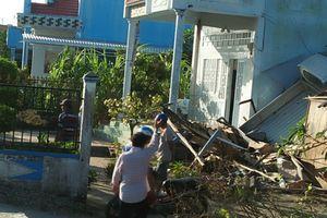 Xe tải mất lái 'bay' lên nóc nhà dân ở Bạc Liêu