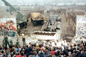 Khoảnh khắc khi Bức tường Berlin ngăn cách Đông Đức và Tây Đức sụp đổ