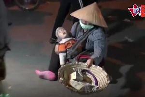Clip: Ngán ngẩm cảnh ăn xin mặc rách rưới, lê lết xin tiền ở chợ Viềng
