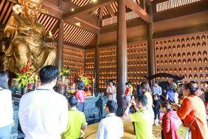 Lễ vía Thần Tài trên núi hút khách du lịch