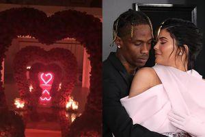 Bạn trai tạo lối đi hình trái tim tặng Kylie Jenner nhân dịp Valentine