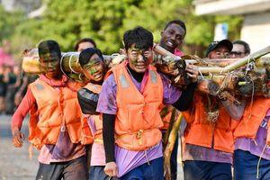 Xuân Trường lấm lem cùng đồng đội kết bè từ thân cây