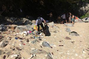 Đà Nẵng: Khẩn trương thu gom rác ở điểm du lịch Ghềnh Bàng