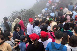 Khai Hội Xuân Yên Tử, du khách chen chân xoa tiền vào chùa Đồng