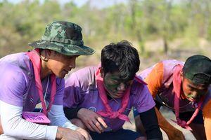 Trường 'híp' xông xáo nhóm lửa, nấu canh cá cùng đồng đội ở Thái Lan