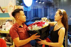 Valentine 2019: Người Sài Gòn tấp nập mua hoa, quà tặng người yêu