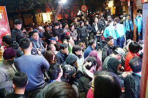 Người dân xếp hàng giữa đêm chờ mua vàng ngày Thần tài