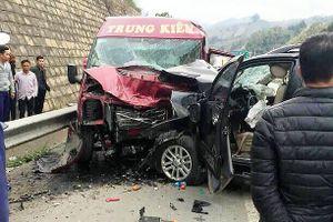 2 ô tô đâm nhau trên cao tốc Nội Bài-Lào Cai: Nhiều người thương vong