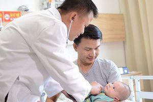 Thêm một em bé được 'tái sinh' bằng kỹ thuật mổ tim không đau