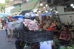 Giá hoa hồng tăng gấp đôi ngày 14/2, nhiều bạn trẻ vẫn chi đậm