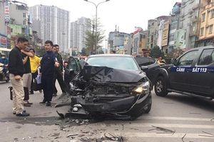 Xế hộp mất lái gây tai nạn liên hoàn, 3 người bị thương