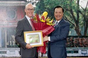 Bộ Tài chính trao tặng Kỷ niệm chương Vì sự nghiệp ngành Tài chính cho Trưởng đại diện IMF tại Việt Nam