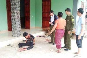 Chồng bê bết máu ôm vợ bất tỉnh dưới sàn nhà