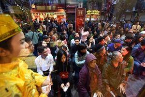 Người dân xếp hàng từ tờ mờ sáng chờ mua vàng ngày vía Thần tài