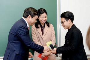Hiệu trưởng trường ĐH Kinh tế quốc dân 'lì xì' tới từng sinh viên