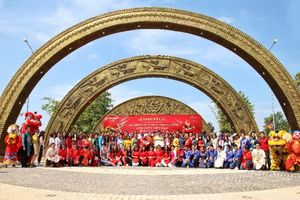 Làng Sen Việt Nam đón nhận kỷ lục Cổng chào họa tiết trống đồng lớn nhất Việt Nam