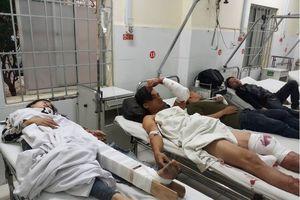 Ôtô giường nằm lao vào nhà dân hàng chục hành khách nhập viện