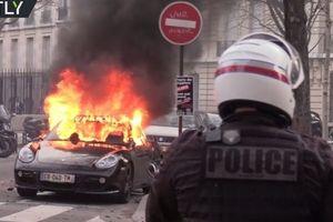 3 chiếc siêu xe bị người biểu tình đập phá, đốt cháy