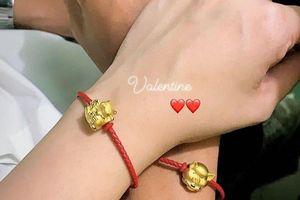 Tư Dũng tình cảm đeo vòng tay vàng cho bạn gái vào Valentine