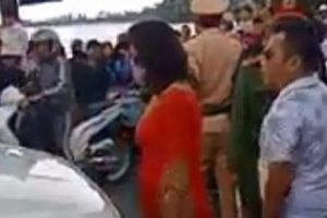 Bị chặn xe đi đón dâu, mẹ chú rể hùng hổ đòi đập xe, lớn tiếng với CSGT
