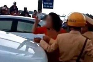 Mẹ chú rể chống đối CSGT chặn xe dâu vì đốt pháo
