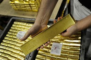 Giá vàng hôm nay 15/2: Nghịch chiều thế giới, vàng SJC cắm đầu lao dốc