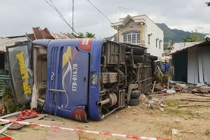 Xe khách chạy 84 km/h trước khi đâm sập nhà dân ở Khánh Hòa