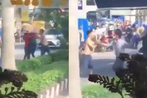 Clip đánh vợ giữa đường Bến Tre, chồng bị 'Lục Vân Tiên' phang nón bảo hiểm u đầu