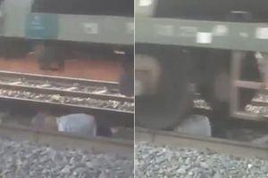 Say rượu ngã trên đường ray, người đàn ông sống sót thần kỳ khi tàu hỏa chạy qua
