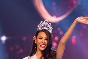 Hoa hậu Hoàn vũ 2018 bị tố mặc váy nhái của NTK Ấn Độ