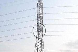 Hải Phòng: Đối tượng nghi 'ngáo đá' trèo lên cột điện cao thế gần 1 ngày không chịu xuống