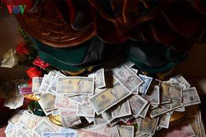 'Rải tiền lẻ khi đi lễ chùa là hành động sai lầm'