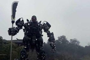 Du khách bối rối vì tượng Quan Công như rô bốt Transformers của Trung Quốc