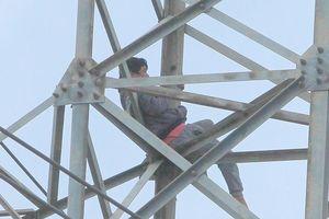 Hơn 2 ngày đêm la hét, vắt vẻo trên cột điện cao thế