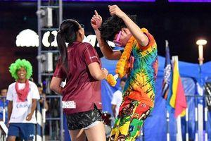 Xuân Trường mặc đồ sặc sỡ nhảy cùng CĐV tại Thái Lan