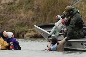 Bất chấp nguy hiểm, người di cư mang con lội bộ qua sông để vào Mỹ